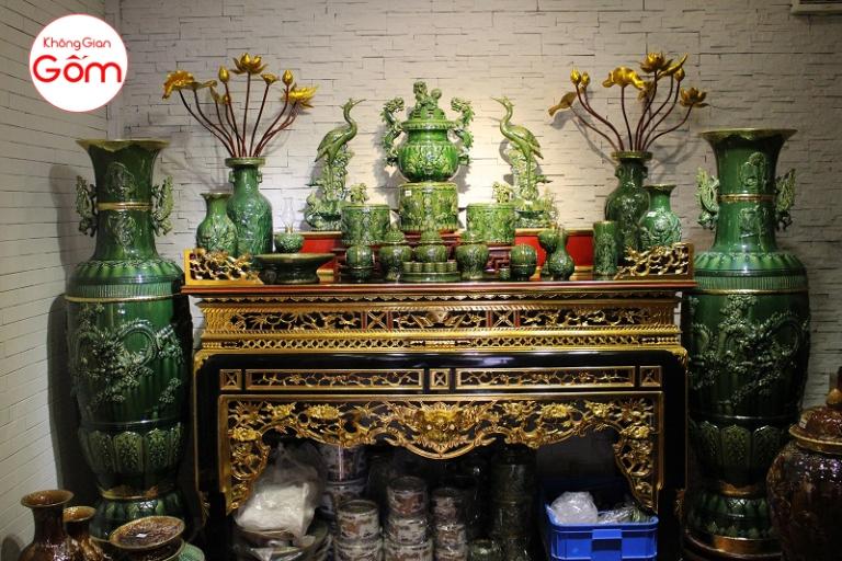 Bàn thờ gỗ tự nhiên kèm đồ thờ gốm sứ bát tràng