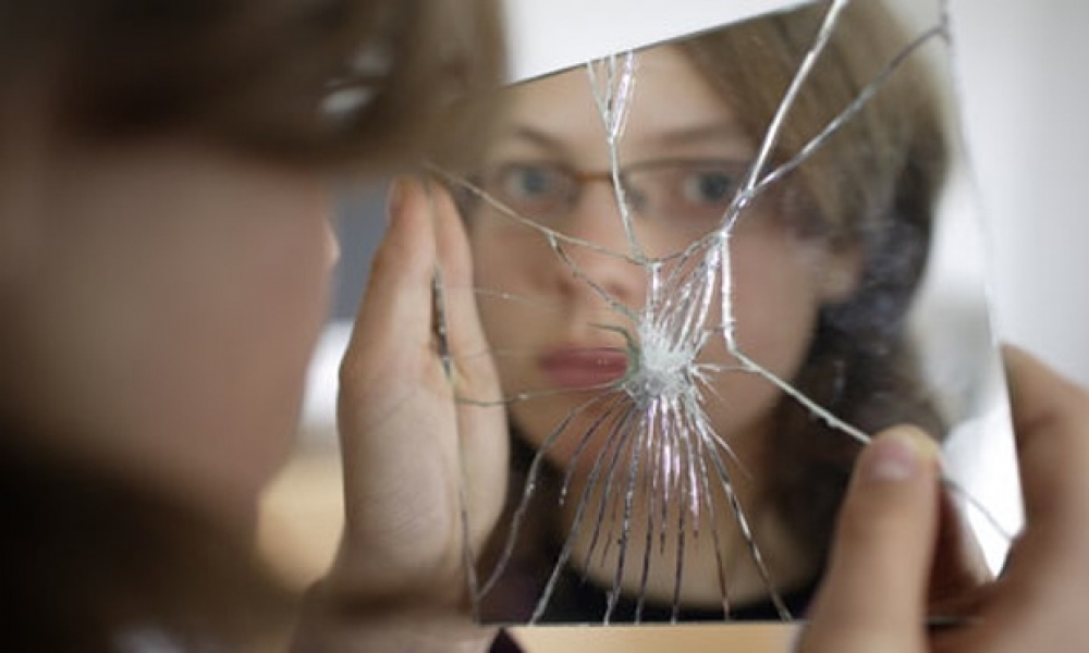 Gương vỡ