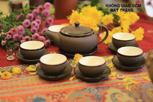 Bộ ấm trà từ sa tại cửa hàng Không Gian Gốm