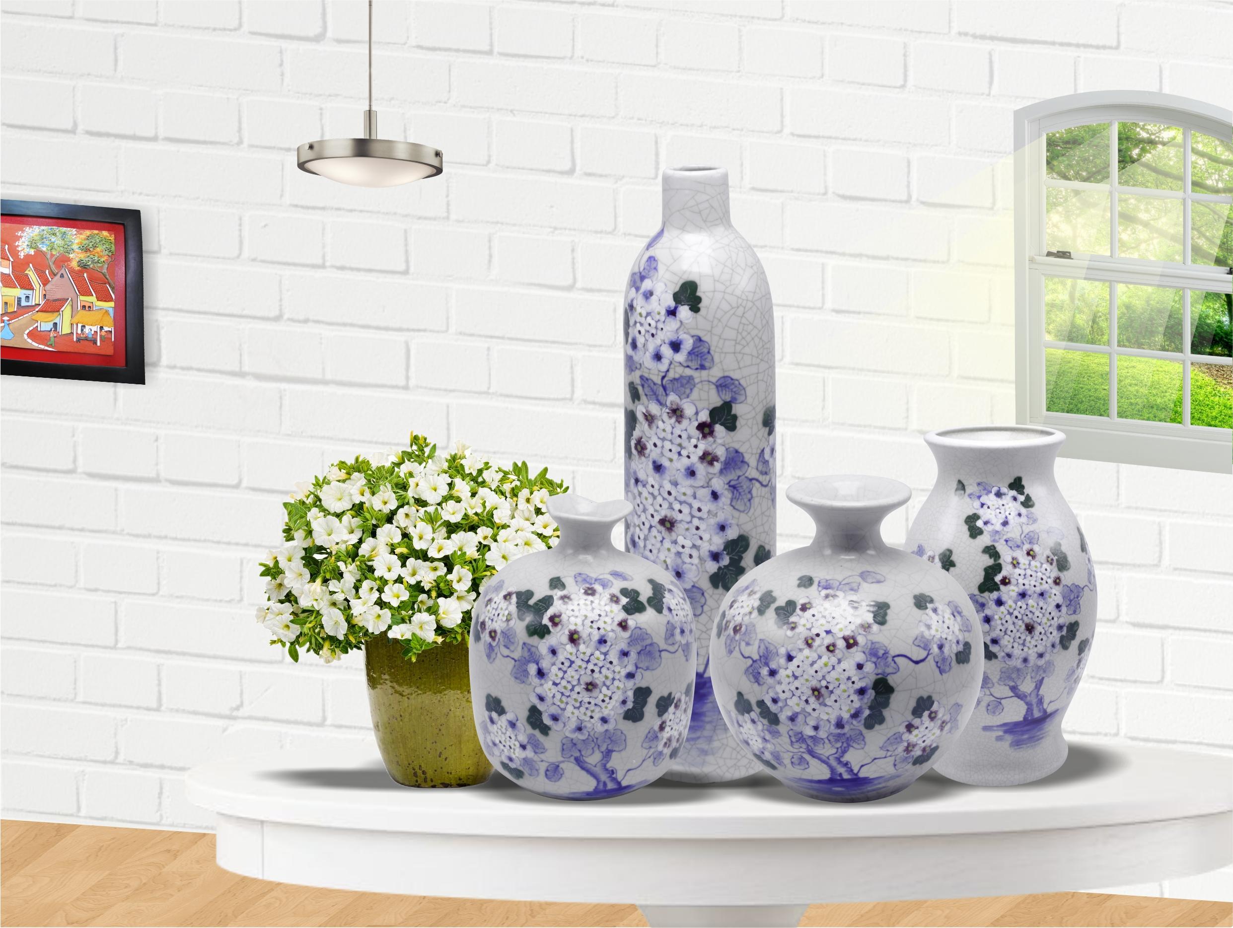 Bình hoa trang trí gốm sứ Bát Tràng với họa tiết trang nhã tạo không gian sang trọng