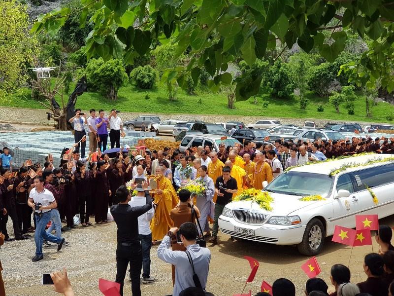 rước cây bồ đề thiên, bồ đề Vĩ Đại Cát Tường do chủ tịch quốc hội Sirilanka tặng Giáo Hội Phật Giáo Việt Nam. Đoàn đại diện của giáo hội Phật Giáo, dẫn đầu là thượng Tọa Thích Minh Quang qua trực tiếp Sirilanka để tiếp nhận nhánh cây bồ đề quý được chiết từ cây bồ đề đức Phật Thành Đạo có tuổi 2500.
