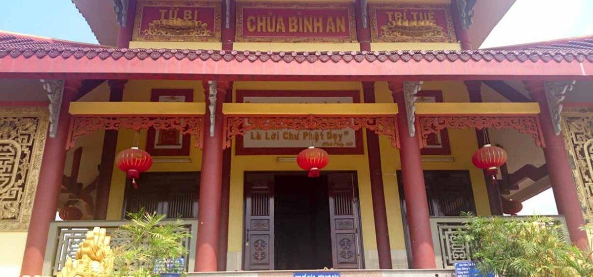 Phía trước tòa Chính Điện chùa
