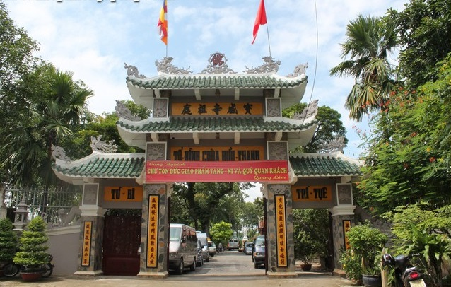 Cổng tam quan chùa được xây dựng khá đồ xộ kiên cố